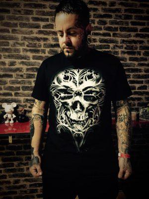 Loïc Blinddesign portant un T-Shirt O Tempus Edax